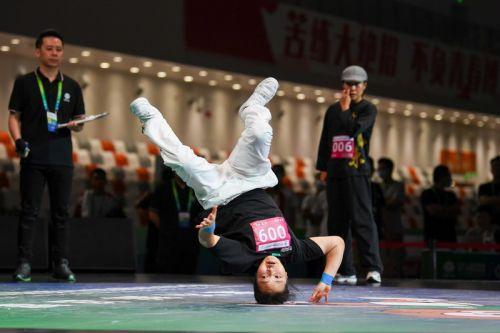 16岁初中女生获全运会霹雳舞冠军-1
